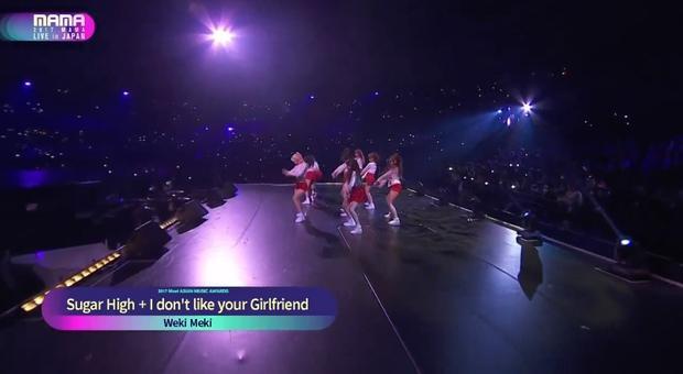 Tân binh Weki Meki biểu diễn 2 ca khúc debut Sugar High và I Don't Like Your Girlfriend.