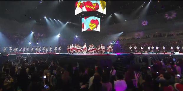 Sân khấu trở nên đông đúc hơn bao giờ hết với sự xuất hiện của cả nhóm AKB48.