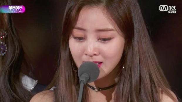 Trưởng nhóm Jihyo không cầm được nước mắt.