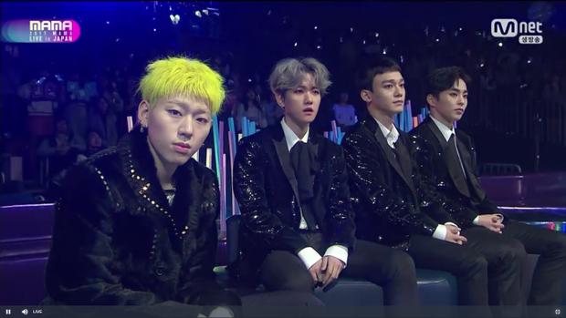 Zico và 3 thành viên EXO-CBX ngẩn ngơ trước sân khấu máu lửa của đàn em.