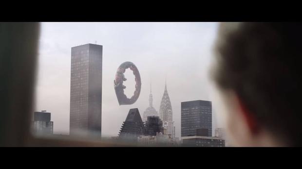Thiết bị khổng lồ hình vòng tròn xuất hiện bên trên thành phố