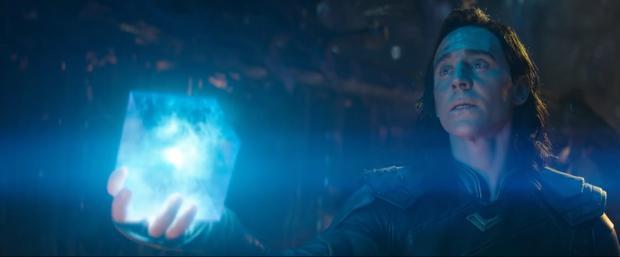 Loki cầm khối lập phương chứa viên đá Không Gian