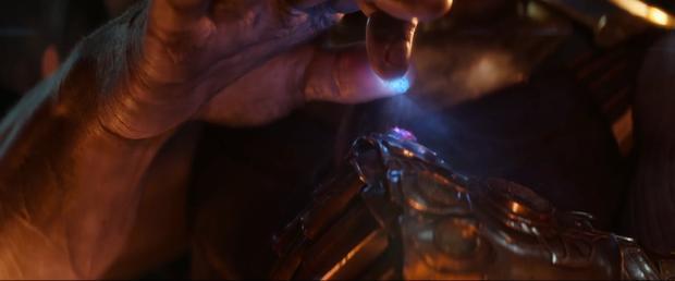 Thanos đã có hai viên đá và gắn chúng lên găng tay của mình