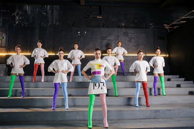 """Trước đó trong MV được tung ra nhân dịp sinh nhật lần thứ 33, khác với phong cách thường ngày, Hà Hồ đã lựa cho các trang phục trẻ trung, năng động của phong cáchstreetwear. Có lẽ vì thế mà ca sĩ đã chọn cách phối các đôi boots khác màu về """"cùng một đội"""" làm điểm nhấn và gây sự chú ý với khán giả."""