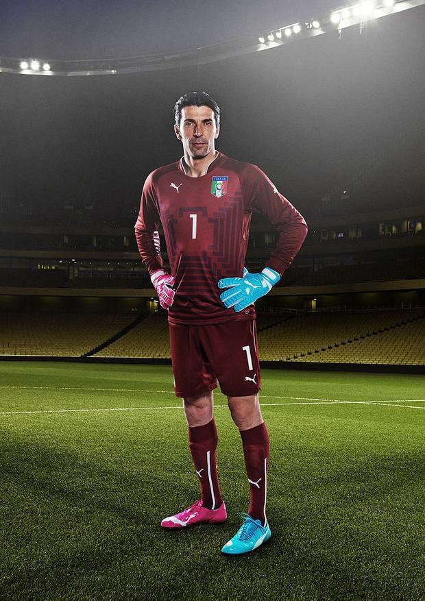 Cách phối một chiếc boots màu nóng và một chiếc màu lạnh để mang cùng nhau của Hà Hồ khiến người ta liên tưởng đến một sản phẩm của hãng sản xuất đồ thể thao nước Đức, Puma.