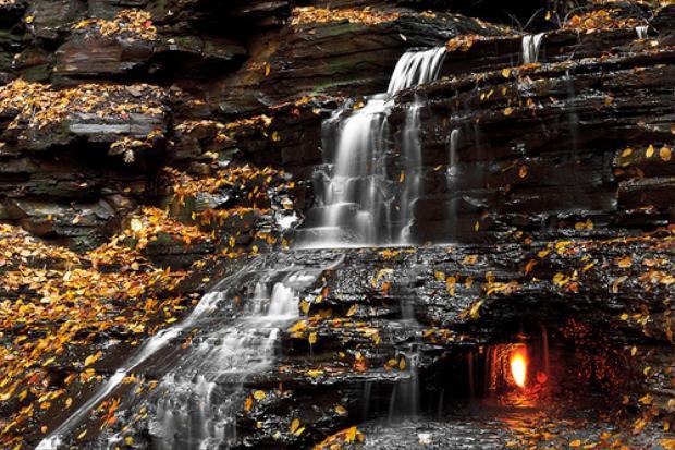 Ngọn lửa được tìm thấy sau một thác nước nhỏ tại khu bảo tồn Shale Creek, công viên Chestnut Ridge.