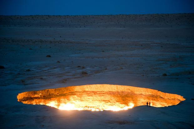 """Điểm du lịch kì bí này nằm ở thị trấn nhỏ Darvaz, Uzbekistan. Nó sẽ nuốt trọn và làm tan chảy bất cứ vật gì rơi vào """"lò bát quái"""". Đó là lý do tại sao người ta lại gọi đây là cánh cổng địa ngục trần gian."""