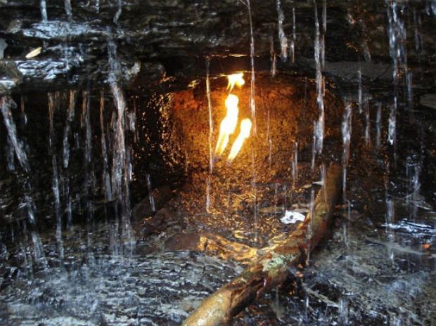 Theo lời người dân, ngọn lửa ma thuật này đã tồn tại từ hàng ngàn năm trước. Đây không phải là trường hợp vi diệu đầu tiên trên thế giới. Công viên Cook Forest ở Tây Bắc Pennsylvania cũng cất giấu một ngọn lửa tương tự, dù vậy, người ta đã tìm ra nguồn duy trì sự cháy cho ngọn lửa này là một giếng khí ga cổ.