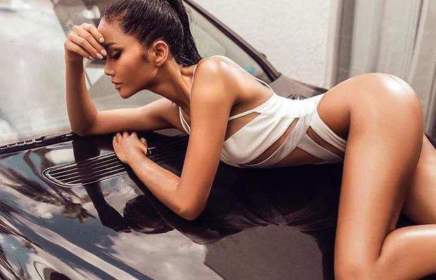 Số đo ba vòng hiện tại của người đẹp là 84-60-93 cm, cùng chiều cao 1m72. Ngoài ra cô còn sở hữu làn da nâu bóng khỏe khoắn.