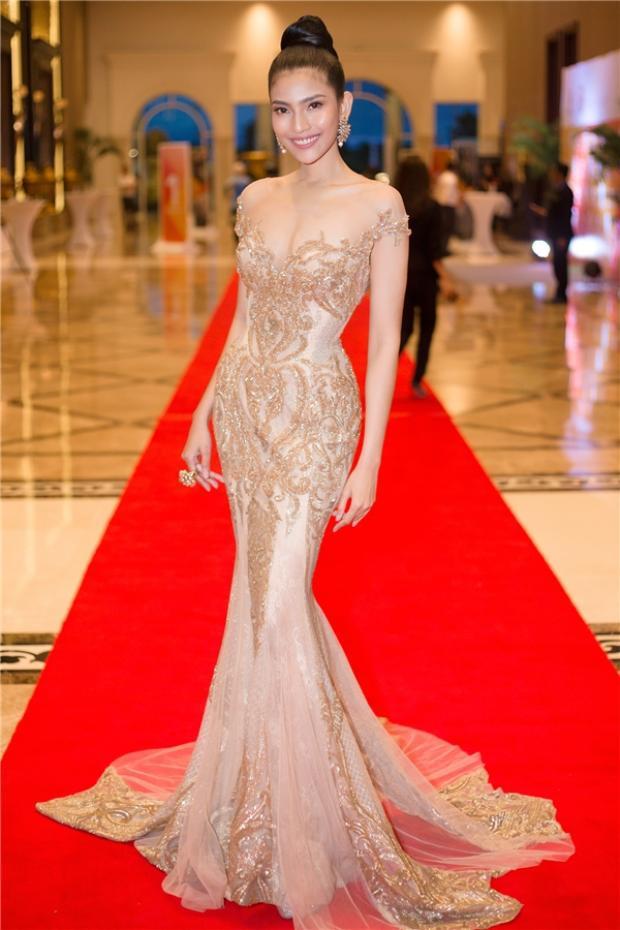 Một điểm chung đặc biệt nhất đó là những thiết kế này đều mang hình ảnh của một chiếc áo cưới đúng điệu, đó cũng chính là sở trường của NTK. Có lẽ vì thế trong những chiếc đầm dạ hội của Anh Thư khá giống với những bộ váy cưới.