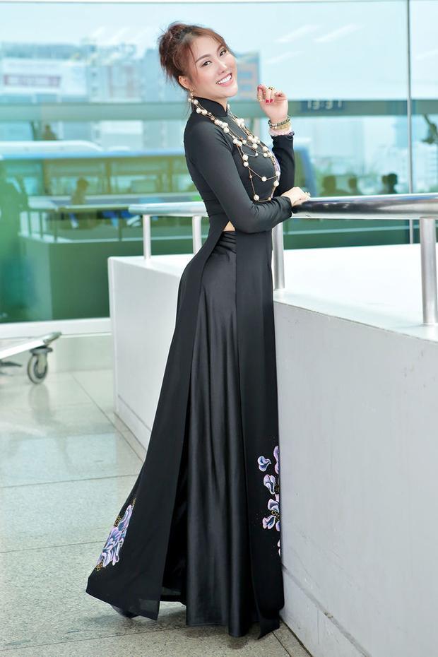 Đây là thiết kế áo dài mà Vân sẽ diện tại cuộc thi Hoa hậu Doanh nhân Thế giới người Việt tại Mỹ. Nhìn Vân rất tươi tắn, rạng rỡ trong trang phục này.