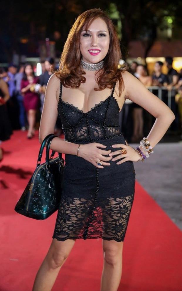Vân khiến khán giả hốt hoảng thực sự. Phi Thanh Vân diện chiếc váy này trong năm 2017 thì quả là một sự dũng cảm.