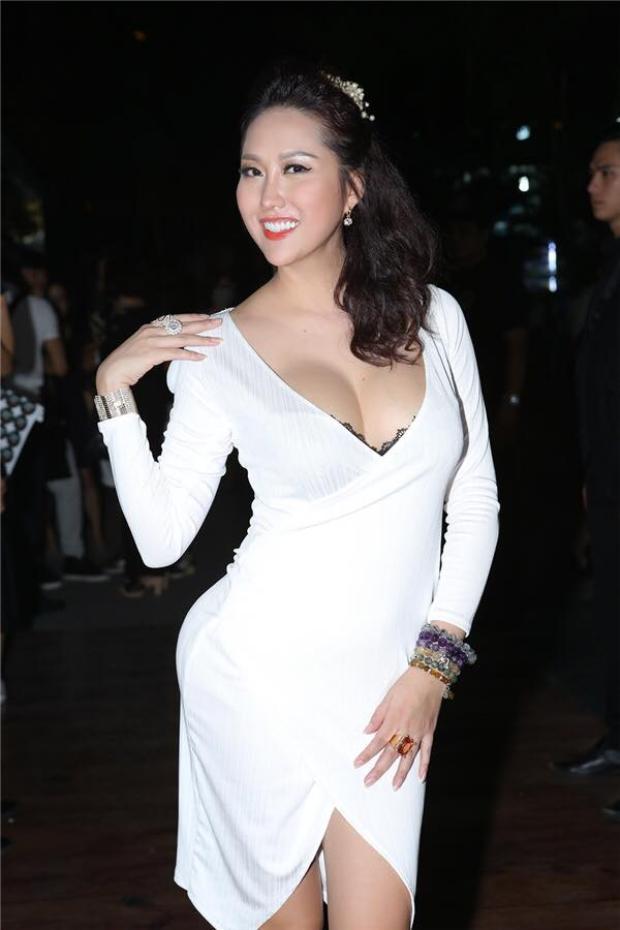 Thêm một bộ cánh khoe vòng 1 cỡ đại của Phi Thanh Vân. Cô không quên để lộ ra chút ren cho thêm phần sexy, hờ hững.