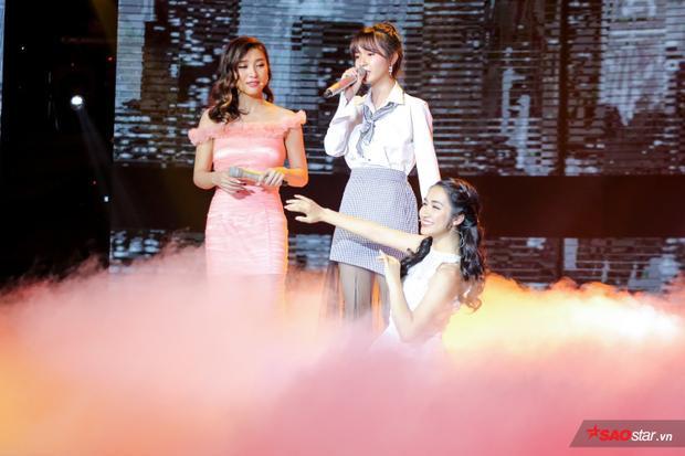 Hòa Minzy và Tiêu Châu Như Quỳnh múa phụ họa cho Jang Mi.