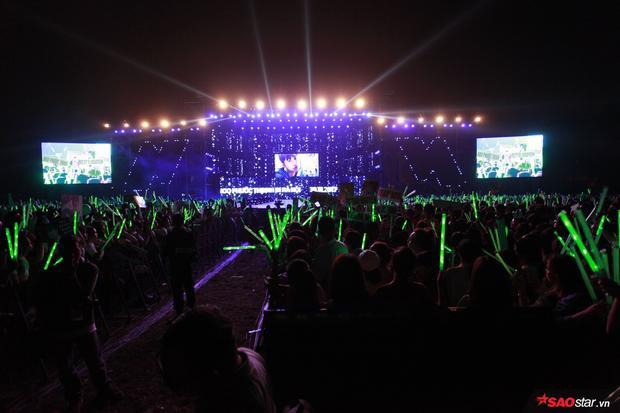 Có đến hơn 20.000 khán giả có mặt tại nơi đây. Một con số khổng lồ chứng tỏ sức hút hàng đầu của nam ca sĩ.