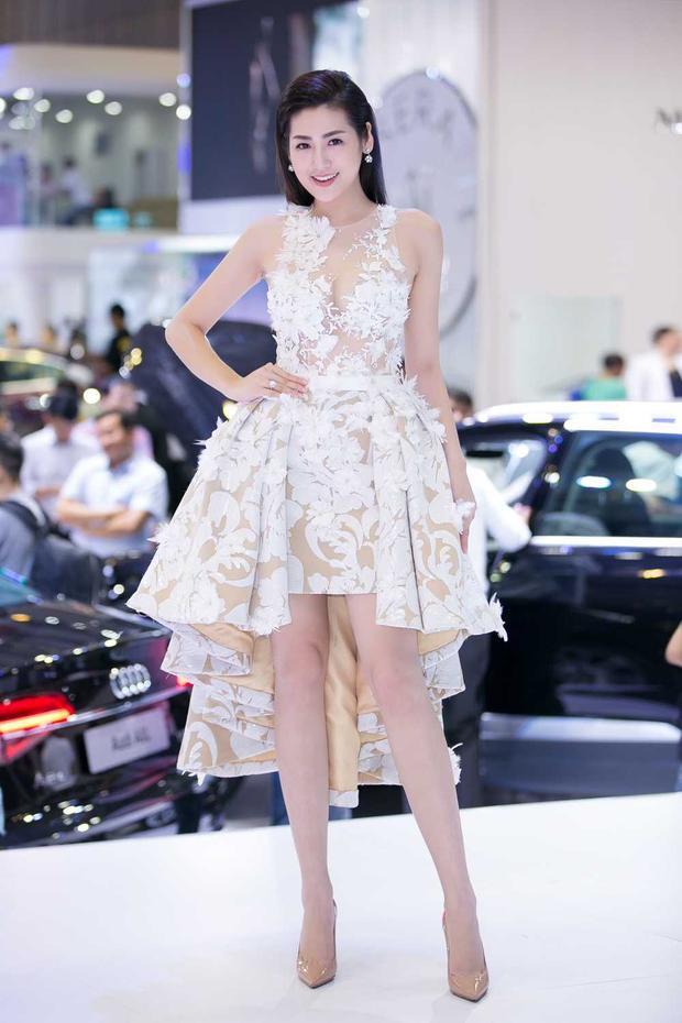 Trong sự kiện ra ra mắt sản phẩm ô tô, Tú Anh chọn mặc chiếc đầm được nhà thiết kế nổi tiếng làm riêng cho mình, tông nude chủ đạo cùng họa tiết hoa trắng tinh khôi của chiếc đầm làm nổi bật làn da trắng sáng cùng vóc dáng nuột nà của người đẹp gốc Hà Thành.