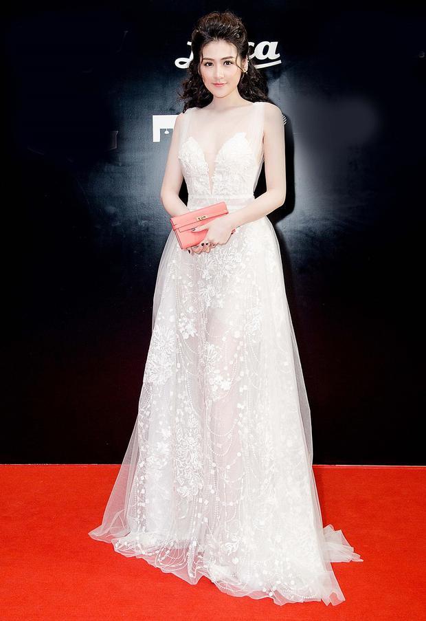 Đoạt danh hiệu á hậu 1 cuộc thi Hoa hậu Việt Nam 2012, Dương Tú Anh sở hữu gương mặt tròn đầy cùng thần sắc dịu dàng, thuần khiết chuẩn Á Đông.