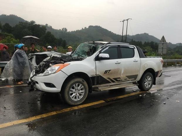 Phần đầu chiếc xe bán tải nát bét sau khi va chạm.