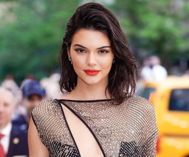 Kendall Jenner - 22 triệu đô (hơn 500 tỷ đồng): Với gần 85 triệu follower trên Instagram, nhiều hơn gấp đôi bất kỳ cái tên nào khác trong danh sách, Kendall là một ví dụ điển hình cho việc biến danh tiếng thành tiền bạc.