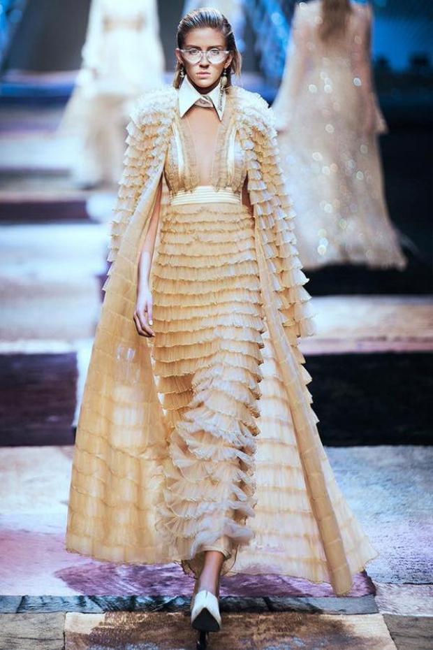Được biết, chiếc đầm là sản phẩm của một nhà thiết kế nổi tiếng của Việt Nam, từng được trình diễn trên sàn catwalk tầm cỡ quốc tế.
