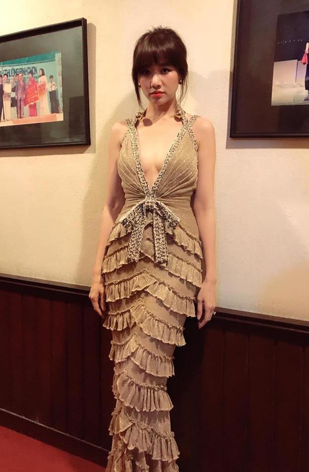 Tuy nhiên, hoa hậu được đánh giá có phần xuất sắc hơn bà xá Trấn Thành khi diện cùng thiết kế. Chiều cao khiêm tốn cũng khiến cô kém đẹp khi diện thiết kế này.