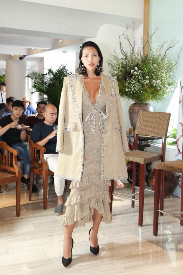 Minh Triệu cũng có lần mặc thiết kế này, mặc đầm bèo nhún tầng khoét cổ sâu gợi cảm đến thế nhưng trông cô vẫn vô cùng cá tính.