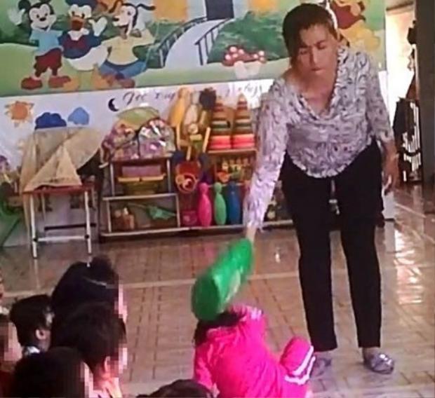 Giáo viên trường mầm non Mầm Xanh đang có hành vi bạo hành trẻ em.