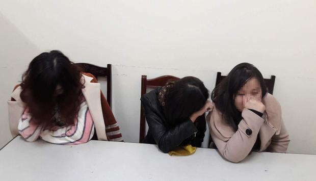 Hà Thị Giang (ngoài cùng bên phải) và 2 gái bán dâm tại cơ quan công an.