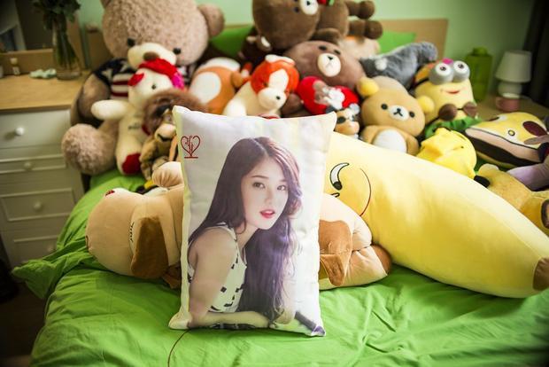 Phòng ngủ ngập tràn gấu bông từ người hâm mộ tặng Hoàng Yến Chibi sau mỗi đêm diễn.