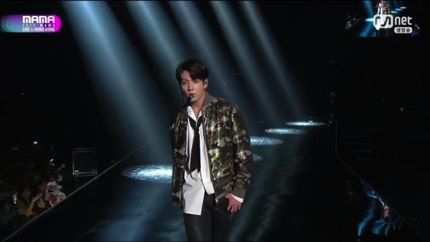 """Tiếp theo là sân khấu DNA. Phần huýt sáo của Jungkook thực sự đã khiến nhiều fan """"rợn da gà""""."""