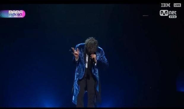 """Không nghỉ ngơi dù chỉ 1 chút, BTS tiếp tục biểu diễn Cypher 4, một ca khúc """"chửi"""" anti fan cực chất trên sân khấu MAMA."""