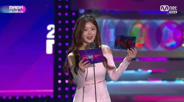 Diễn viên nhí Kim Yoo Jung trao giải Best Music Video cho…