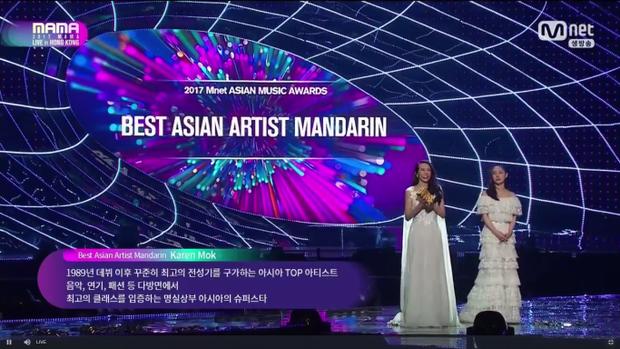 Mạc Văn Uý nhận chiếc cúp Best Asian Artist Mandarin ngay sau đó.