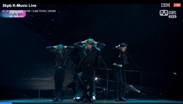 Khác với MAMA tại Việt Nam và Nhật Bản, Wanna One đã trình diễn ca khúc mới toanh Beautiful.