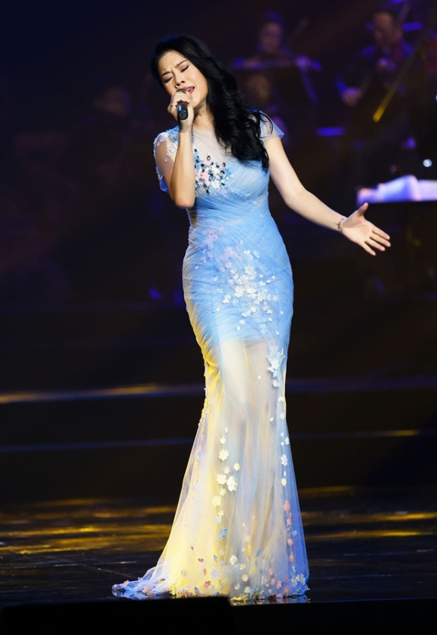 Cô luôn nổi bật trên sân khấu với những mẫu thiết kế tinh tế. Thu Phương là một trong số ít các nghệ sĩ lớn tuổi nhưng vẫn là tín đồ trung thành với váy áo xuyên thấu.