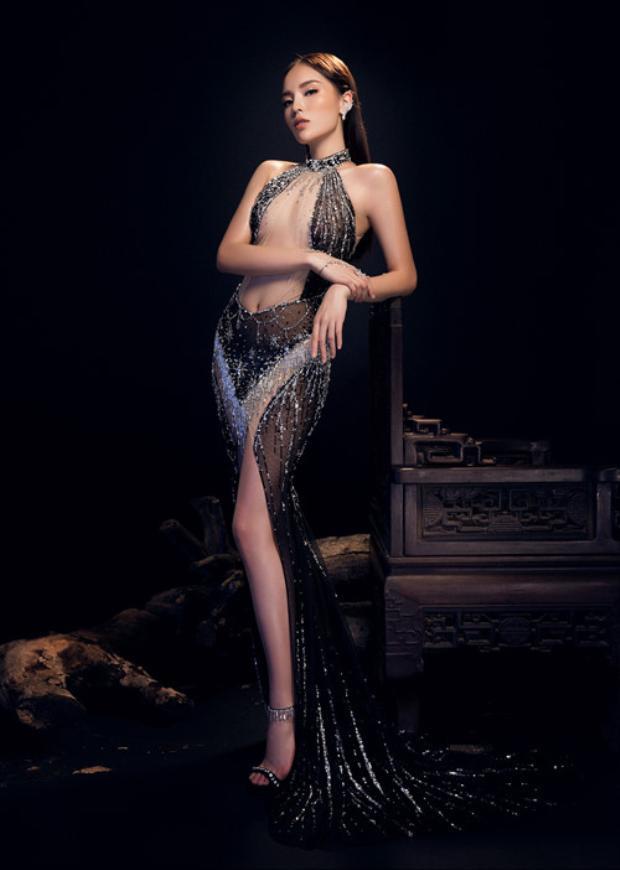 """Hoa hậu Việt Nam 2014 Nguyễn Cao Kỳ Duyên cũng là một tín đồ """"mê mệt"""" loạt váy áo này. Những thiết kế cô chọn thường có độ cắt xẻ táo bạo, khiến người đối diện phải một phen """"rụng mắt""""."""