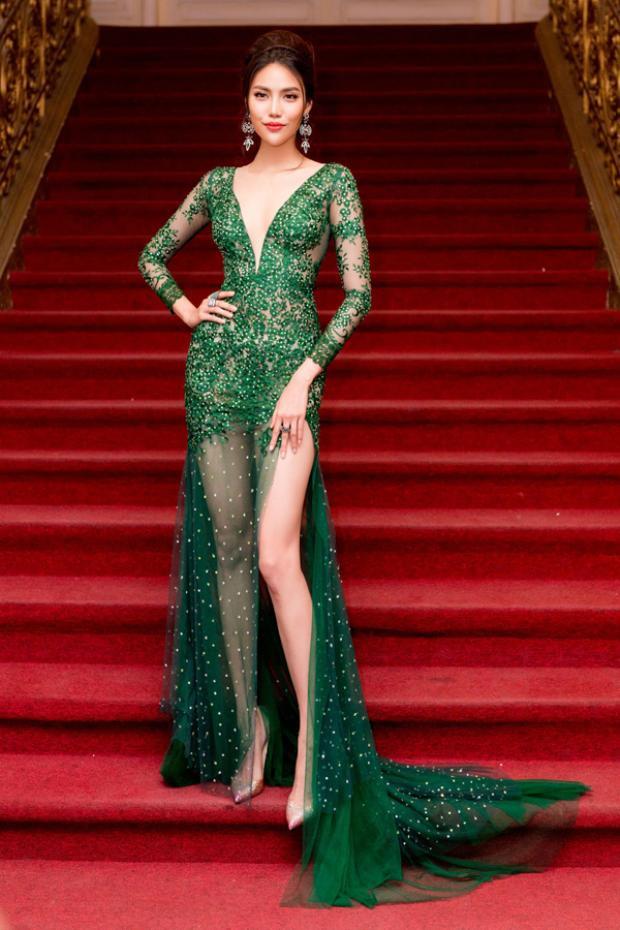 """Lan Khuê là người đẹp tiếp theo bị những tuyệt tác váy áo này """"mua chuộc"""". Cô nổi bật trong bộ đầm tông màu xanh, chất liệu ren gợi cảm và được đính kết cao cấp làm nên tổng thể tuyệt vời."""