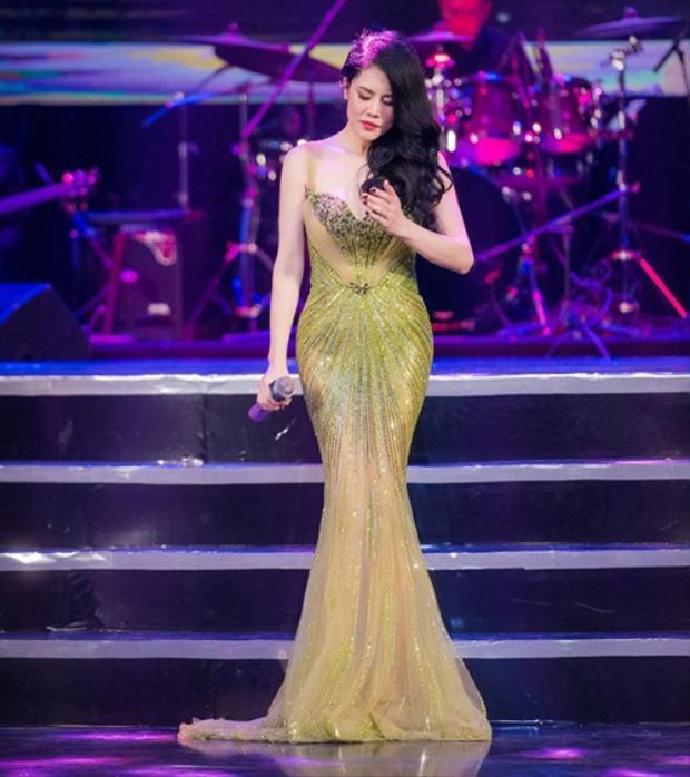 Dù đã là bà mẹ bốn con, thế nhưng ca sĩ Thu Phương khiến khán giả phải xuýt xoa trước vóc dáng thon gọn. Đó là lí do cô thường xuyên xuất hiện trong những váy áo xuyên thấu gợi cảm.