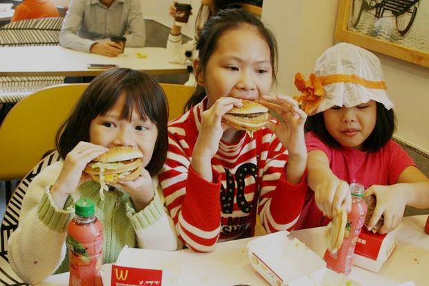 Các em nhỏ tỏ ra thích thú.Theo nhận xét của một số thực khách ở đây, món hamburger gà có vị tươi hơn ở nơi khác, mềm vừa phải mà không quá bở