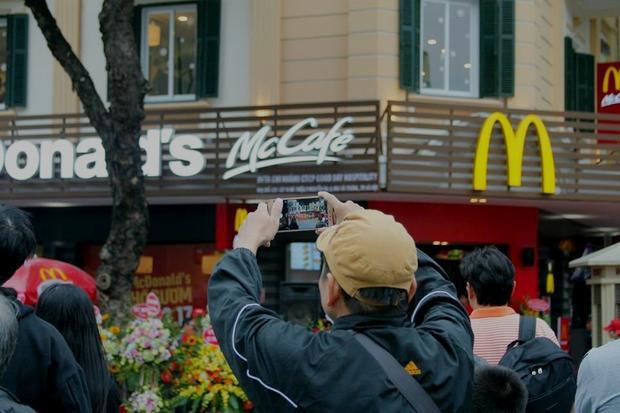 Chưa cần tả kỹ, người ta cũng đủ thấy địa điểm mà McDonald's lựa chọn đắt giá tới mức nào khi quán có view nhìn thằng ra hồ Gươm và Tràng Tiền Plaza.