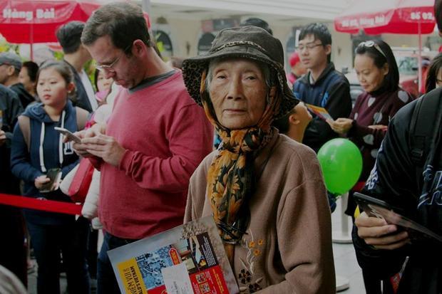 """Có mặt từ lúc 8h15, cụ Nga (80 tuổi) chia sẻ: """"Hôm nay bác hạ quyết tâm phải xếp hàng bằng được, nhất định phải đến cửa hàng ăn trực tiếp chứ mọi lần vào thăm con gái ở Sài Gòn, bác toàn được con mua về tận nhà""""."""