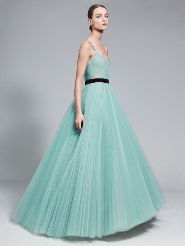Chiếc váy nhẹ nhàng, đơn giản với phần tùng voan dập pli này ắt hẳn là một gợi ý tuyệt vời cho nữ Meghan Markle trong ngày trọng đại.