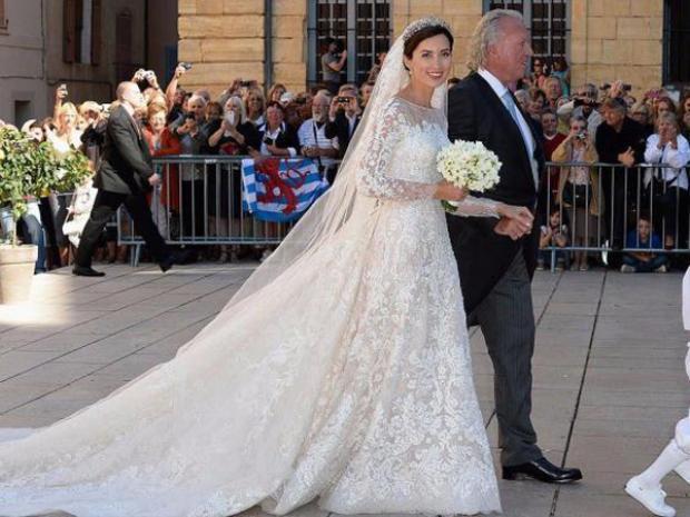 Công chúa Luxembourg, Claire mặc chiếc váy cưới của nhà thiết kế Elie Saab sánh bước cùng cha vào lễ đường năm 2013. Bộ váy cưới được làm bằng chất liệu voan, satin và lụa, nổi bật với hoa văn ren toàn thân.