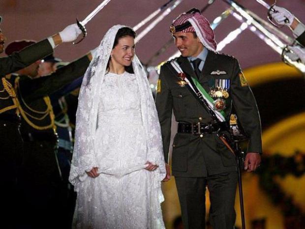 Công chúa Noor lộng lẫy trong chiếc váy cưới đính cườm rực rỡ trong đám cưới với Thái tử Hamzah của Jordan được tổ chức tại Amman, Jordan năm 2004. Tuy nhiên, cặp đôi này đã ly dị vào năm 2009