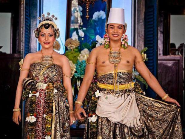 Tháng 10/2013,con gái thứ 4 của Quốc vương Indonesia, Hamengkubuwono X, tức công chúa Gusti Ratu Kanjeng Hayu, thành hôn với Kanjeng Pangeran Haryo Notonegoro, sau 10 năm hẹn hò. Trang phục cưới của cặp đôi mang đậm nét truyền thống của hoàng tộc Indonesia.