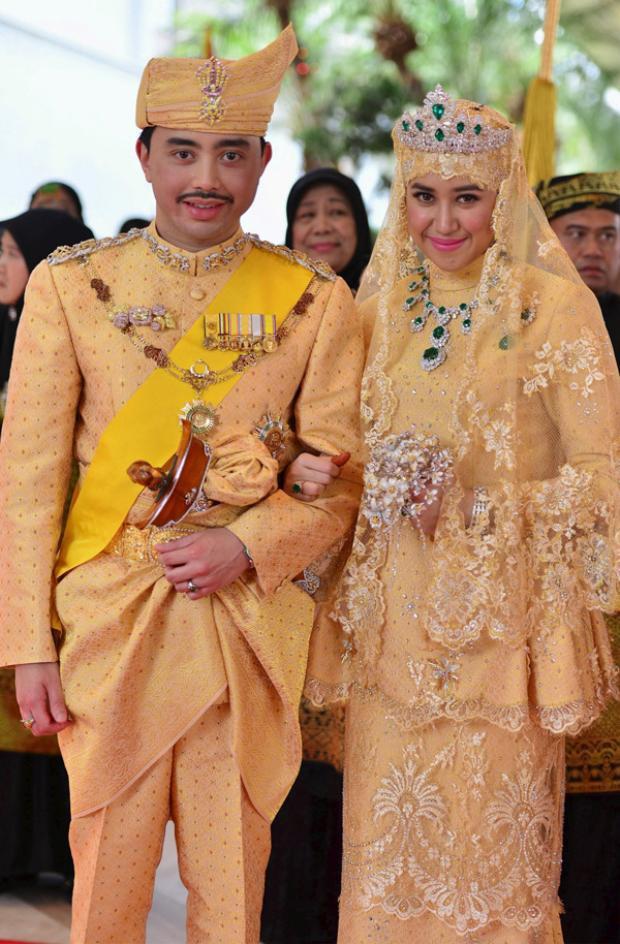 Hôn lễ của Hoàng tử Brunei Abdul Malikhe và vợ Dayangku Pengiran Haji Bolkiah được xếp hạng là một trong những đám cưới Hoàng tộc đắt đỏ nhất thế giới (660 tỷ đồng). Chiếc váy cưới của cô dâu được thiết kế theo lối trang phục truyền thống nhưng bằng vàng. Không chỉ phần ren được mạ vàng, trên thân váy còn được đính kết vô số viên kim cương và đá quý nhỏ li ti. Cô dâu đi giày nạm pha lê cùng lắc chân vàng kiểu cách. Trên đầu đeo vương miện kim cương với 6 viên ngọc hình giọt nước. Ngoài ra, cô còn đeo chiếc vòng cổ, trâm, vòng tay và nhẫn kim cương ngọc bích. Bó hoa màcô dâu Raabi'atul cầm theo cũng không phải là hoa tươi bình thường mà được làm bằng đá quý rực rỡ.