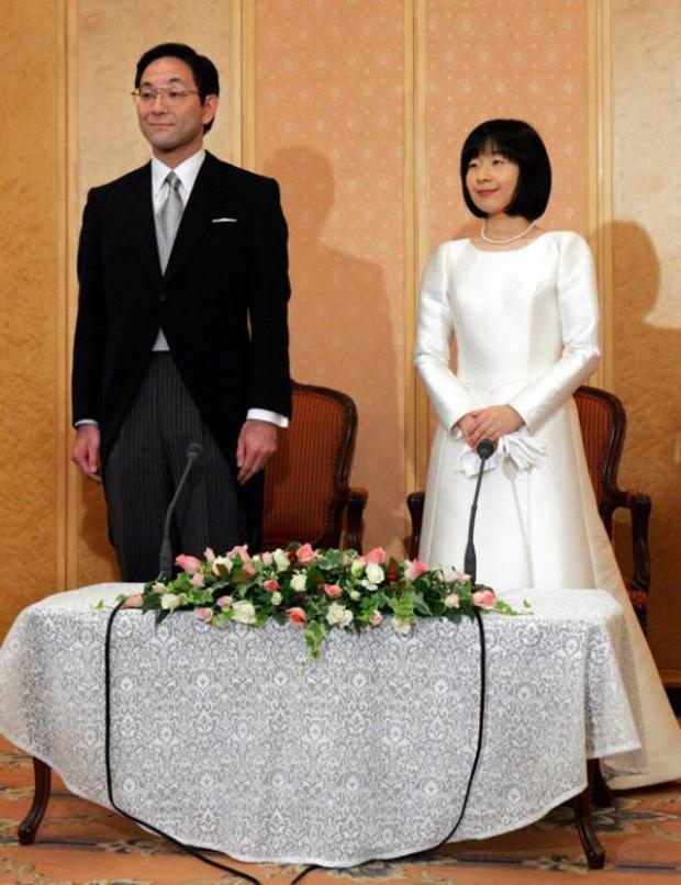 Cuối năm 2005, Công chúa Nhật Bản Sayako Kuroda từ bỏ tước vị để kết hôn với Yoshiyuki Kuroda. Trong đám cưới, chú rể mặc bộ vest đuôi tôm còn cô dâu lựa chọn một chiếc váy trắng tinh giản, đeo đôi găng tay trắng cùng chuỗi ngọc trai giản dị.