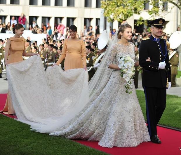Bộ váy cưới của công chúa Stephanie (Luxembourg) khi lên xe hoa cùng Bá tước Guillaume. Đây cũng là sản phẩm của nhà thiết kế Elie Saab. Chiếc váy được thiết kế ren toàn thân, vô cùng duyên dáng nhờ phần đuôi váy dài 4m. Không chỉ vậy, bộ váy cưới này còn được gắnkết hơn50.000 viên ngọc trai vàmỗi viên ngọc trai lại được đính lên váy bằng một sợi chỉ bằngbạc.
