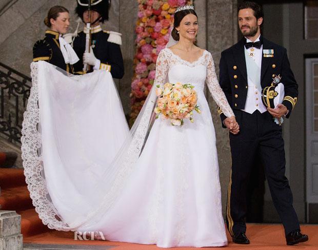 Không chọn váy cưới của các thương hiệu nổi tiếng, Công nương Sofia mặc bộ váy cưới của nhà thiết kế Ida Sjöstedt trong lễ cưới cùng Hoàng tử Thuỵ Điển Carl Philip. Chiếc váy này được may bằng chất liệu cao cấp nhập khẩu từ Italy, kết hợp với ren thủ công được đặt làm riêng. Phần đuôi váy là điểm nhấn đáng chú ý nhất với thiết kế dài gần 10m.