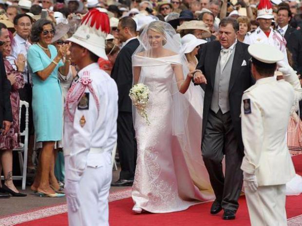 Trong đám cưới với Hoàng tử Albert II diễn ra vào năm 2011, Công chúa Charlene của Monaco mặc một chiếc váy cưới được làm từ chất liệu satin và lụa tơ tằm của hãng Armani.Hoa văn trên chiếc váy được đính kết cầu kỳ bằng 40.000viên pha lê Swarovski, 20.000 viên ngọc trai và30.000 viên đá quý màuvàng.